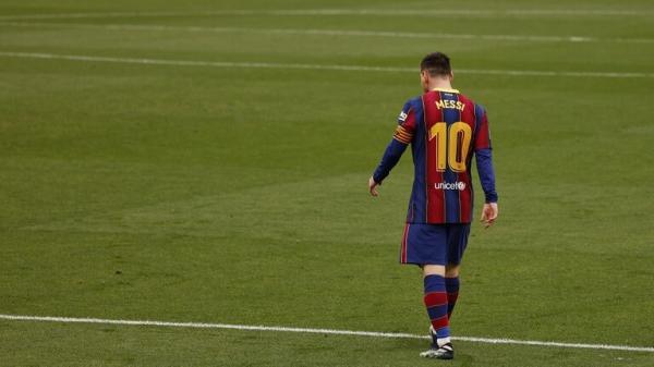 بسبب ميسي.. رباعي برشلونة يتمرد على ادارة النادي