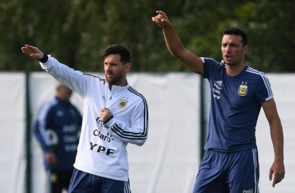مدرب الأرجنتين: عدم تدريب ميسي يشعرني بشوكة في ظهري